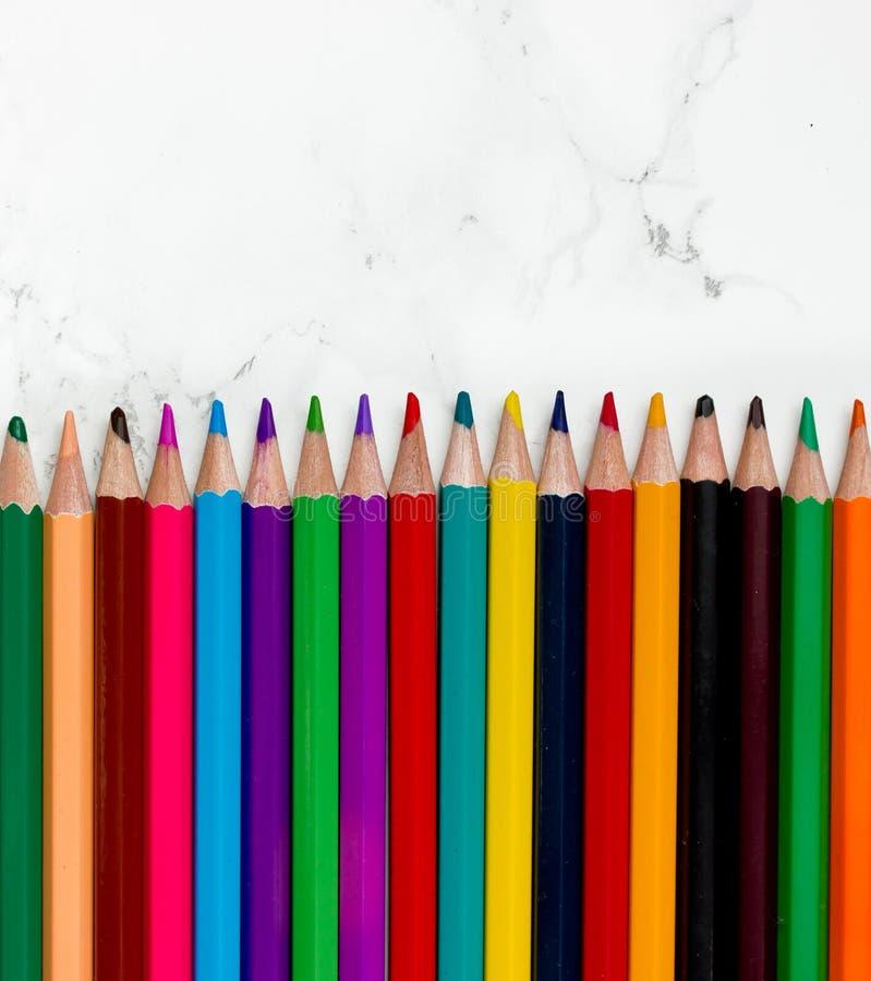 Lijn van kleurpotloden royalty-vrije stock afbeeldingen
