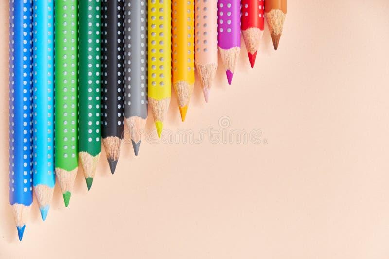 Lijn van kleurpotloden, achtergrond met exemplaarruimte voor uw ontwerp stock fotografie