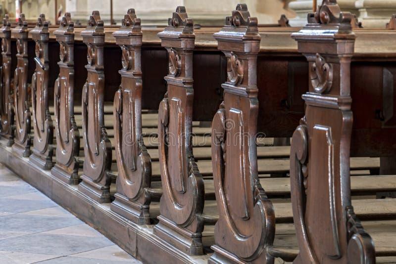 Lijn van lege banken royalty-vrije stock afbeeldingen