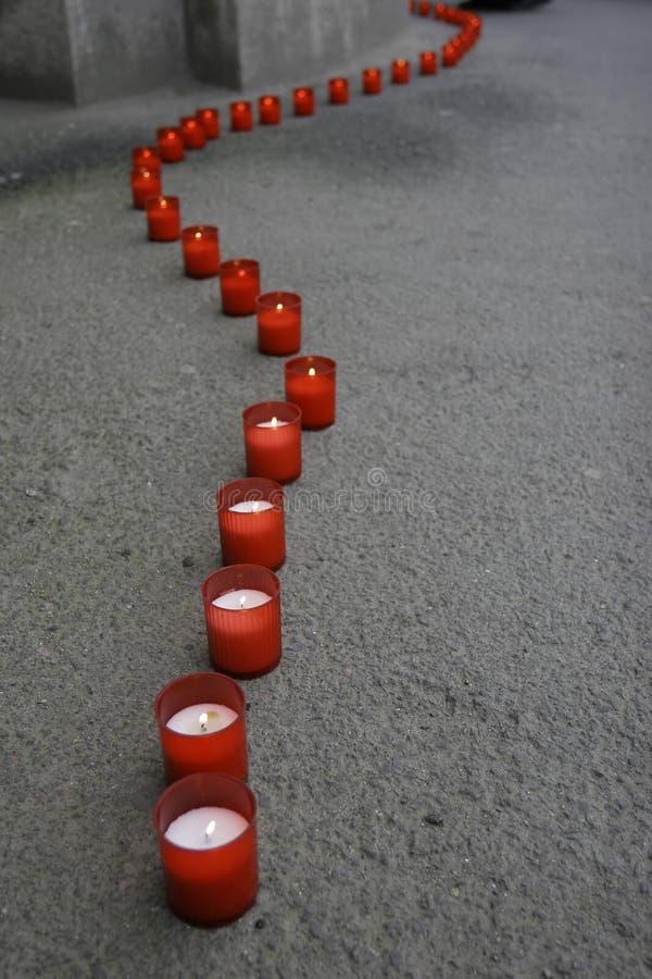 Lijn van rode kaarsen royalty-vrije stock afbeelding