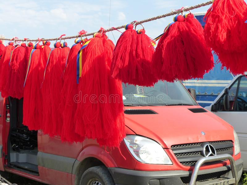 Lijn van traditionele hangende rode pompons van de paarden van Roemenië royalty-vrije stock afbeeldingen