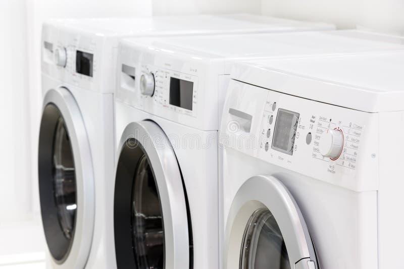 Lijn van wasserijmachines stock afbeelding