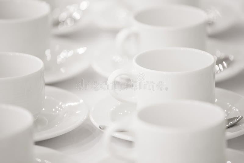 Lijn van witte koppen, op achtergrond royalty-vrije stock afbeeldingen