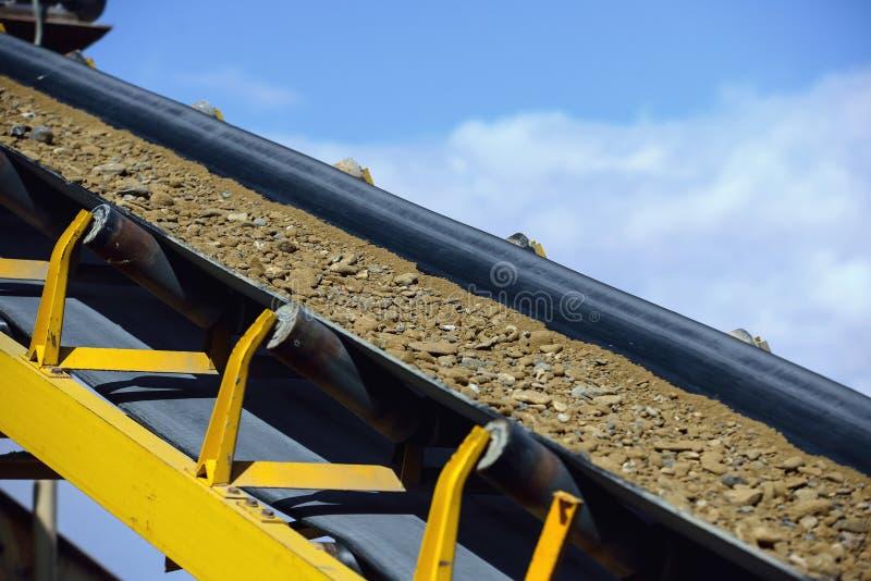 Lijn voor steen het verpletteren in een mijnbouwsteengroeve royalty-vrije stock afbeeldingen
