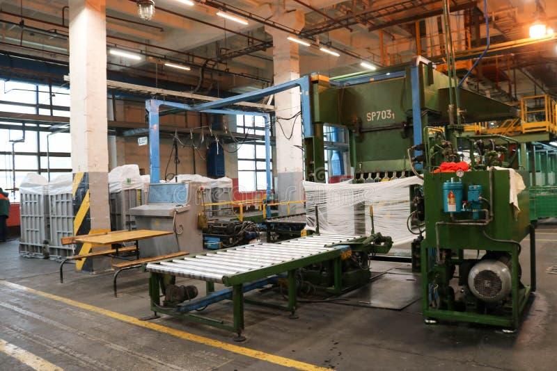 Lijn voor verpakking en verpakking van chemische, kunstmatige, synthetische witte acrylvezel in een chemische installatie met mat stock foto's