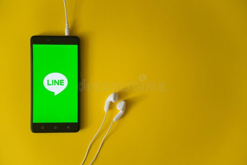 Lijnembleem op het smartphonescherm op gele achtergrond royalty-vrije stock afbeeldingen