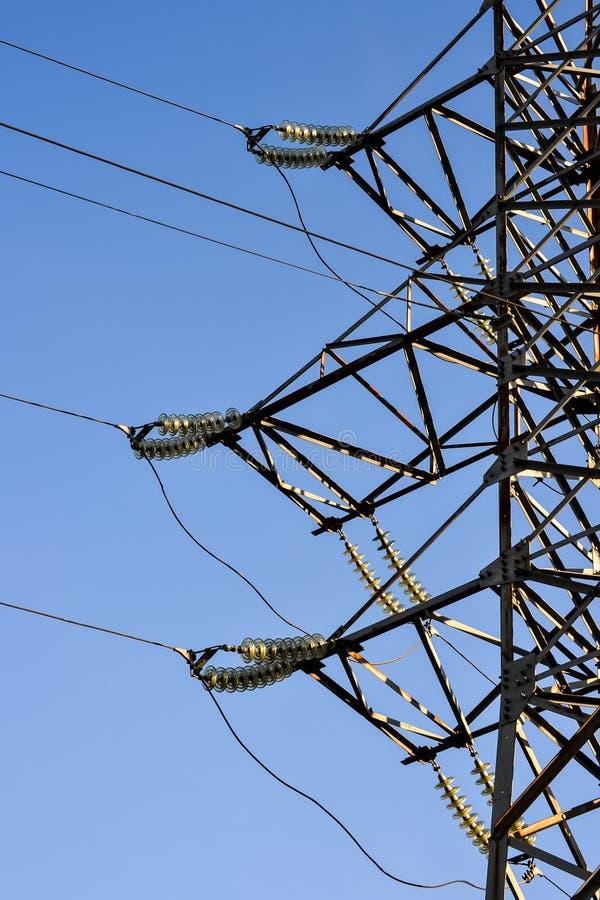 Lijnen de met hoog voltage van de steunenmacht tegen de blauwe hemel De elektro industrie royalty-vrije stock foto's