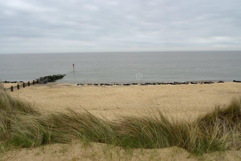 Lijnen van grijze verbindingen op Horsey-Strand, Norfolk royalty-vrije stock afbeelding