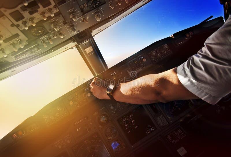 Lijnvliegtuig proef op het werk - mening van de cockpit stock fotografie