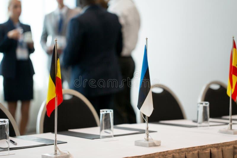 Lijst in bestuurskamer op internationale conferentie stock afbeeldingen