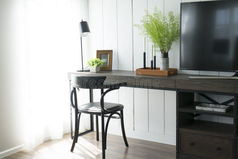 Lijst of bureau met een stoel in een ruimte royalty-vrije stock afbeeldingen