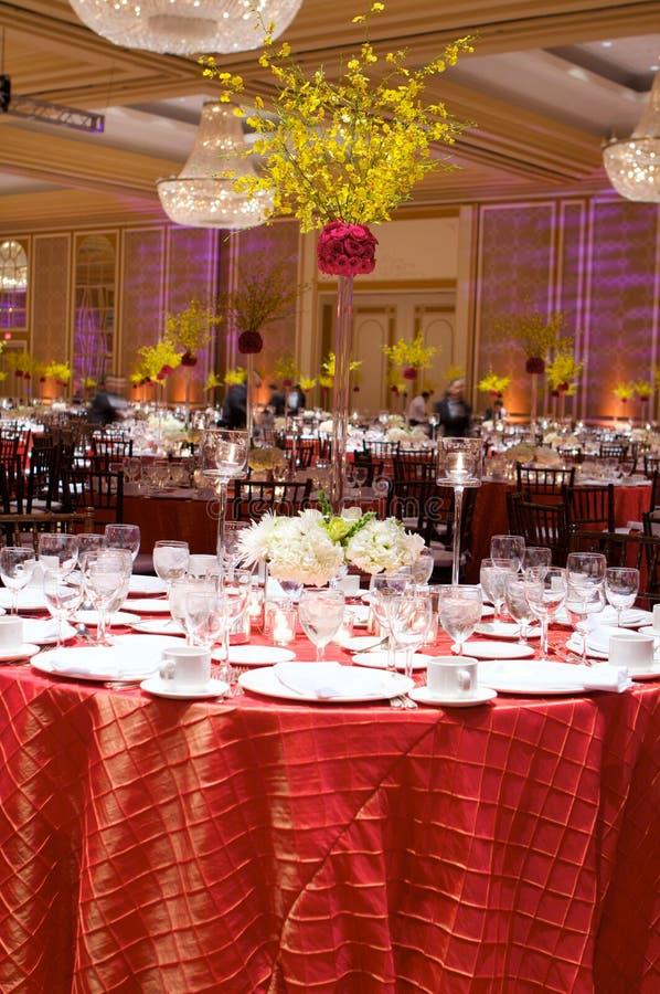 Lijst die bij een ontvangst van het luxehuwelijk plaatst stock fotografie