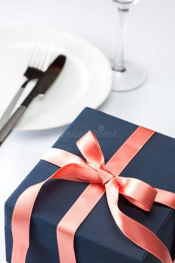 Lijst die met feestelijke gift plaatsen royalty-vrije stock foto's