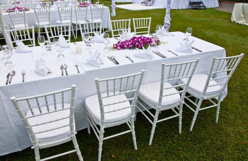 Lijst die voor een van het gebeurtenispartij of huwelijk ontvangst plaatsen stock foto