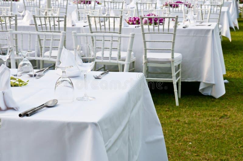 Lijst die voor een van het gebeurtenispartij of huwelijk ontvangst plaatsen stock afbeelding