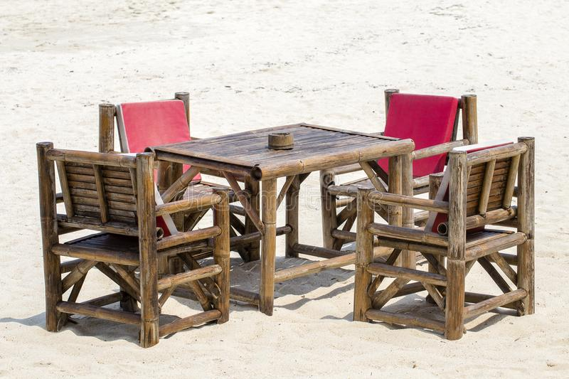 Lijst en bamboestoelen in tropisch strand naast het overzees, Thailand Sluit omhoog stock afbeeldingen