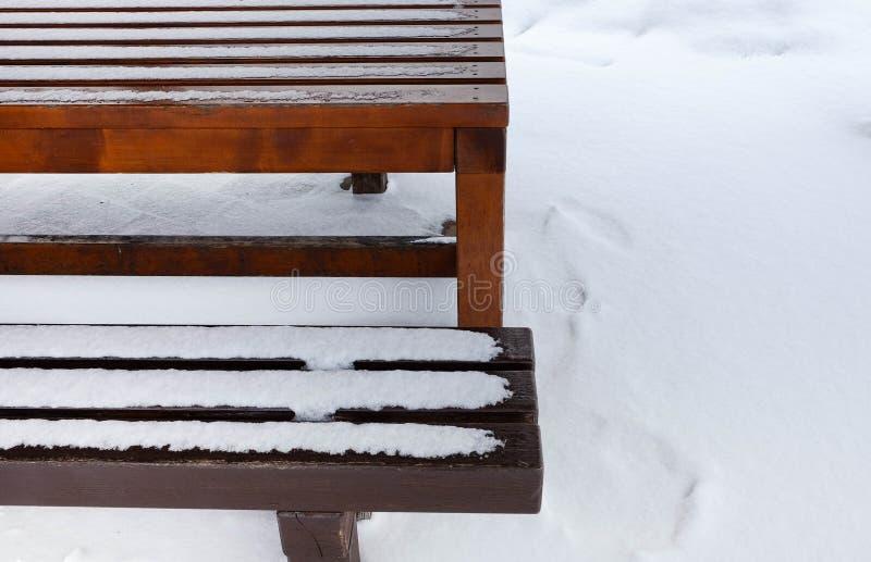 Lijst en bank met sneeuw wordt behandeld die stock afbeeldingen