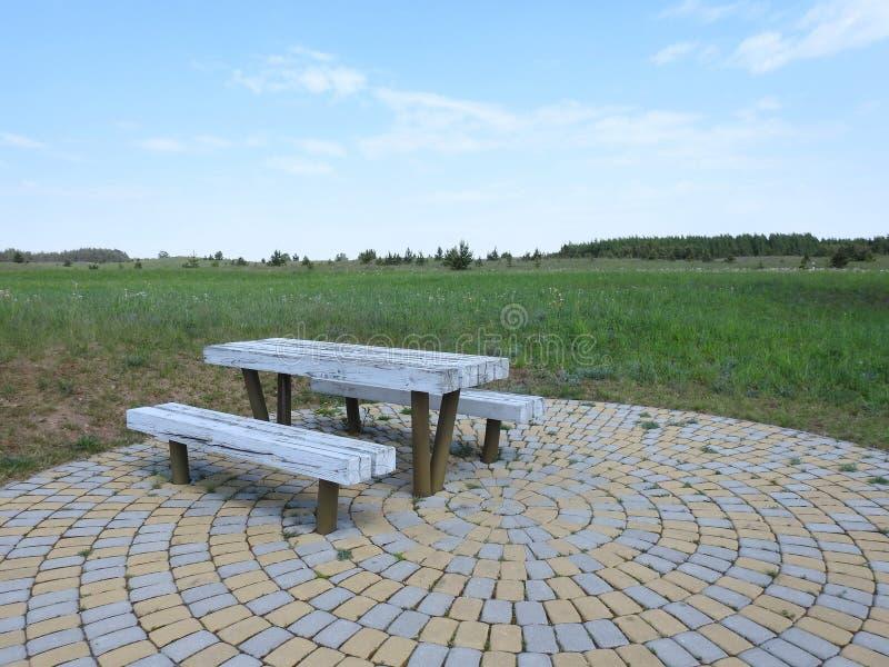Lijst en bank voor rust op gebied, Litouwen royalty-vrije stock foto