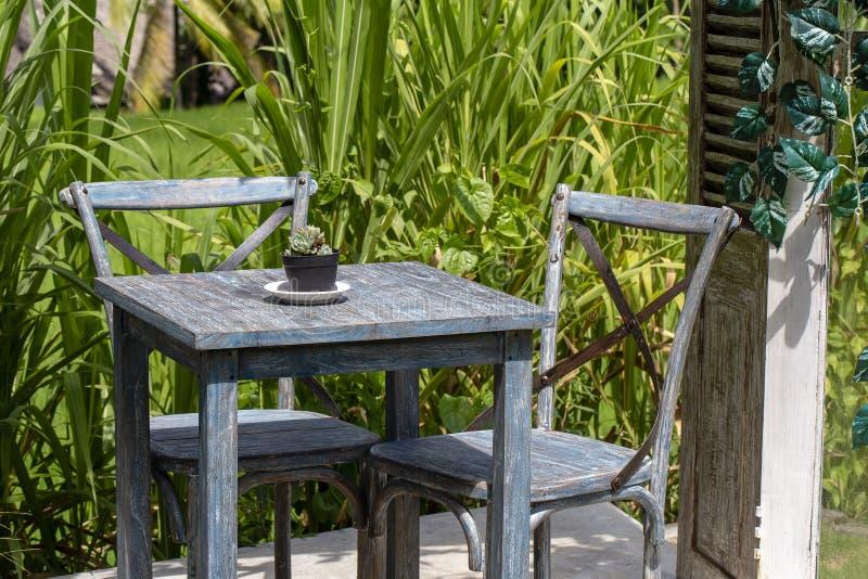 Lijst en houten stoelen in lege koffie naast rijstterras Eiland Bali, Ubud, Indonesië royalty-vrije stock foto