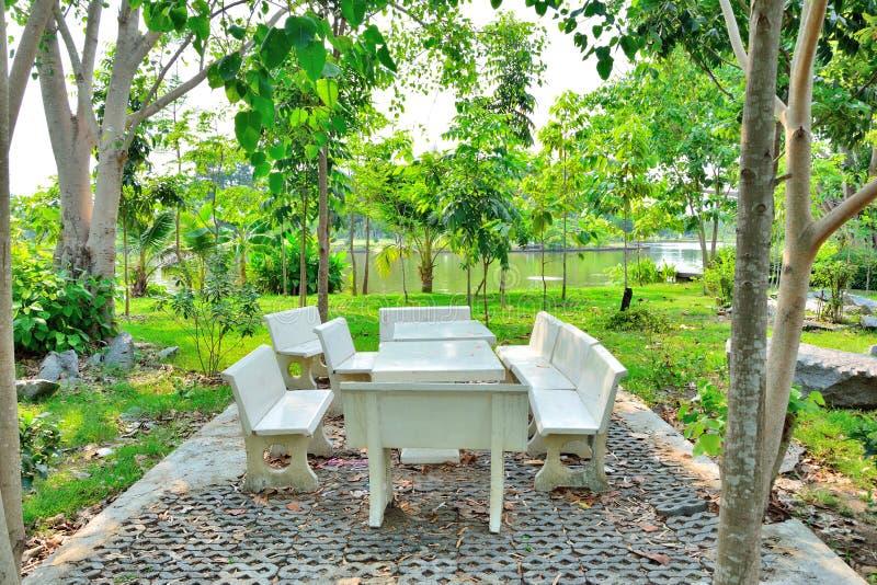 Lijst en steenkruk in de tuin royalty-vrije stock foto
