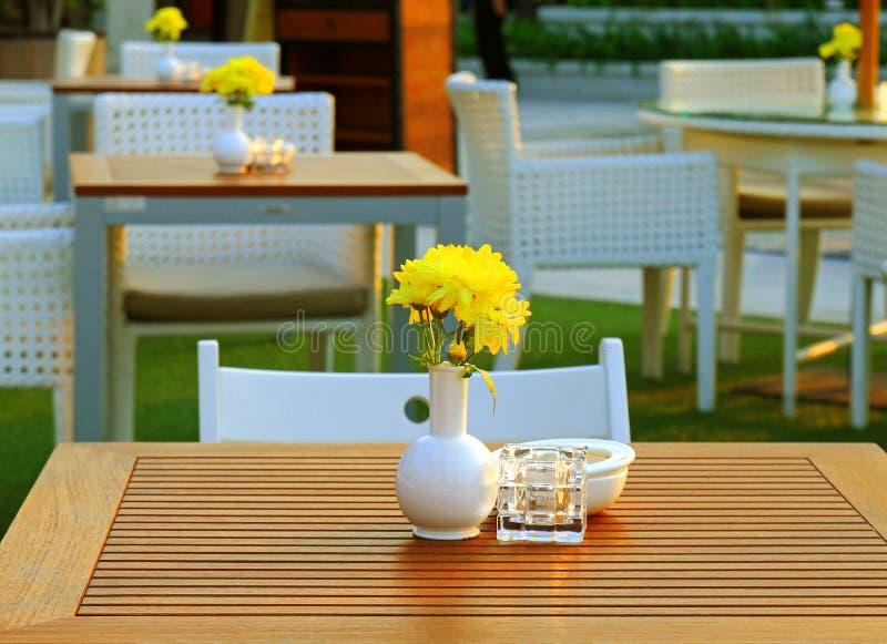 Lijst en stoel die in openluchtrestaurant plaatsen royalty-vrije stock foto