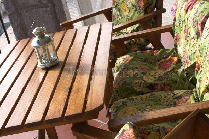 Lijst en stoelen royalty-vrije stock afbeelding