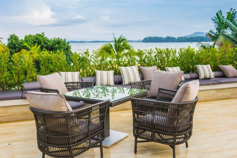 Lijst en stoelen bij restaurant in tropische overzees royalty-vrije stock fotografie