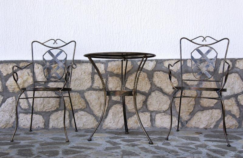 Lijst en stoelen in de tuin stock fotografie