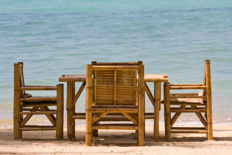 Lijst en stoelen met een mooie overzeese mening, Thailand. royalty-vrije stock afbeelding