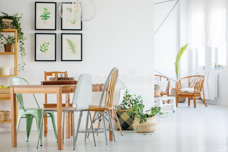 Lijst en stoelen in modern binnenland stock fotografie