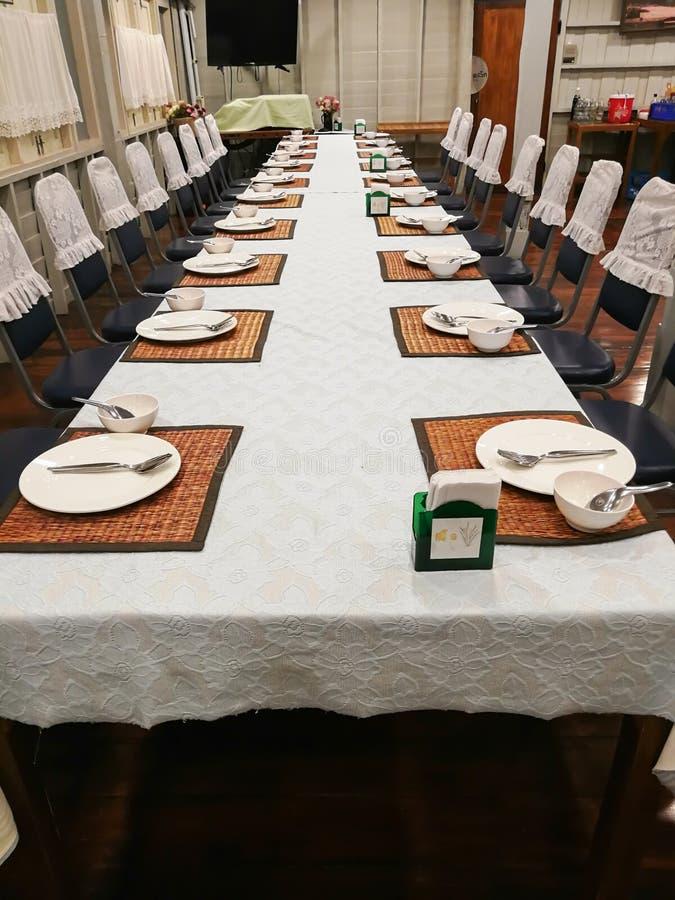 Lijst het dineren reeks bij binnen van het hotelrestaurant royalty-vrije stock foto