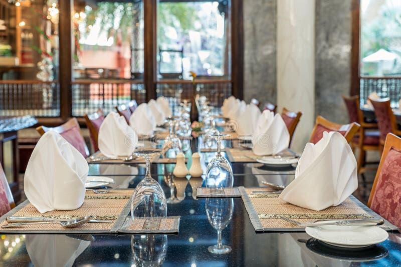Lijst het dineren reeks in het hotelrestaurant royalty-vrije stock foto