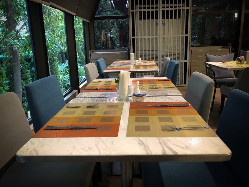 Lijst het dineren reeks in hotel royalty-vrije stock afbeeldingen