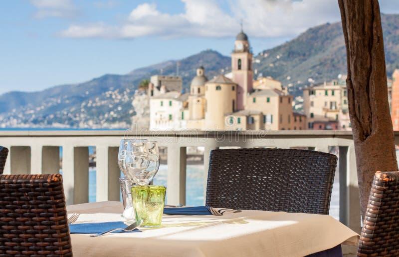 Lijst in het Italiaans restaurant voor Camogli-Baai, dichtbij Duitsland wordt geplaatst dat stock fotografie