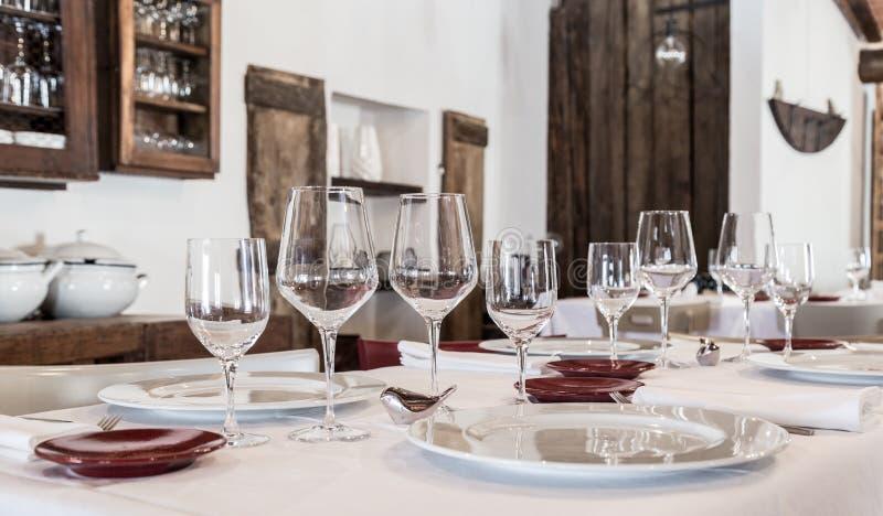 Lijst in het restaurant met kristalglazen dat wordt geplaatst stock afbeeldingen