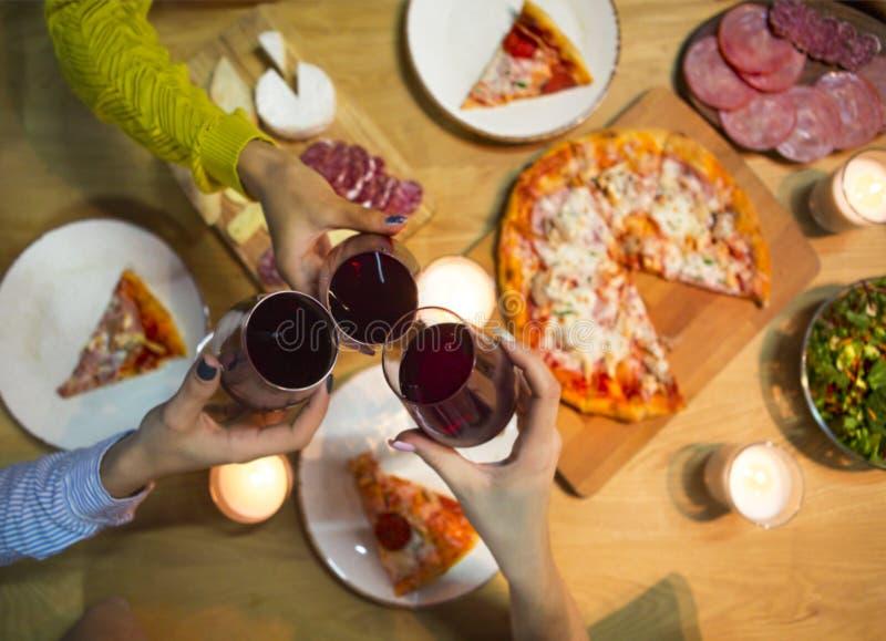 Lijst met divers die voedsel met rode wijn en kaarsen wordt gediend royalty-vrije stock afbeeldingen