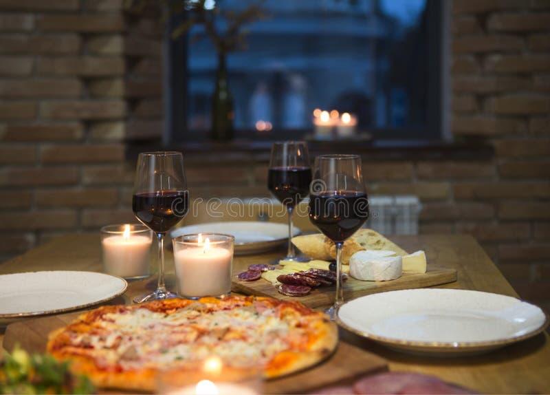 Lijst met divers die voedsel met rode wijn wordt gediend stock foto's