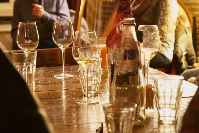 Lijst met glaswaren en kaarslicht in ontspannen atmosfeer royalty-vrije stock fotografie
