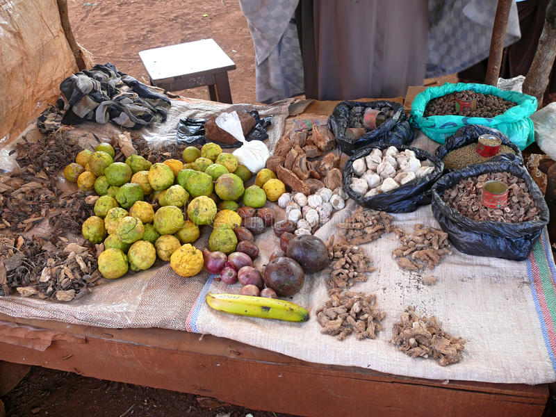 Lijst met het verkopen van vruchten, wortels, noten, kruiden Afrika, Kenia, royalty-vrije stock fotografie