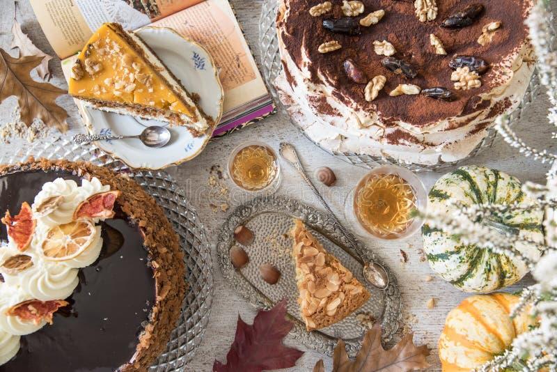 Lijst met ladingen van koffie, cakes, cupcakes, desserts, vruchten, bloemen en croissants stock foto's