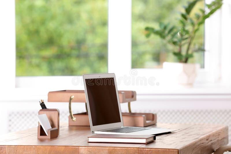 Lijst met laptop en kantoorbehoeften stock afbeeldingen