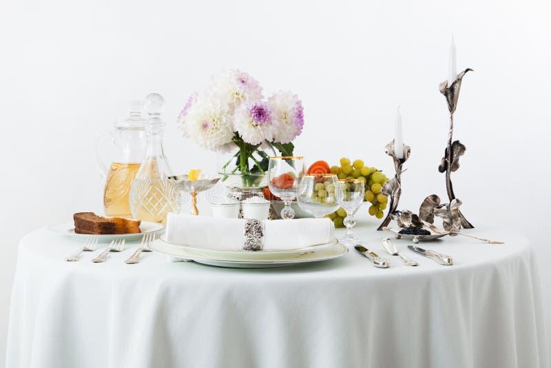 Lijst met schotels en bloemen royalty-vrije stock fotografie