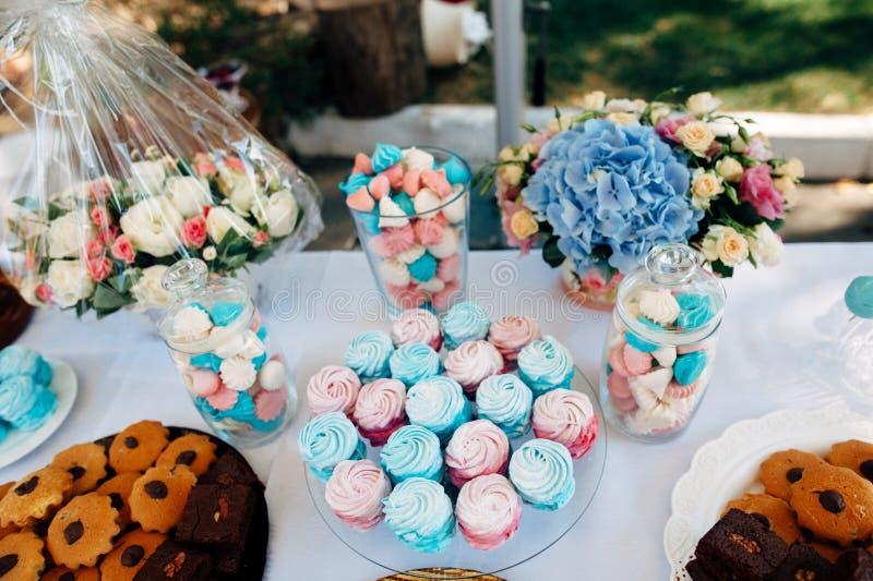 Lijst met snoepjes in hemel-blauwe kleur royalty-vrije stock afbeelding