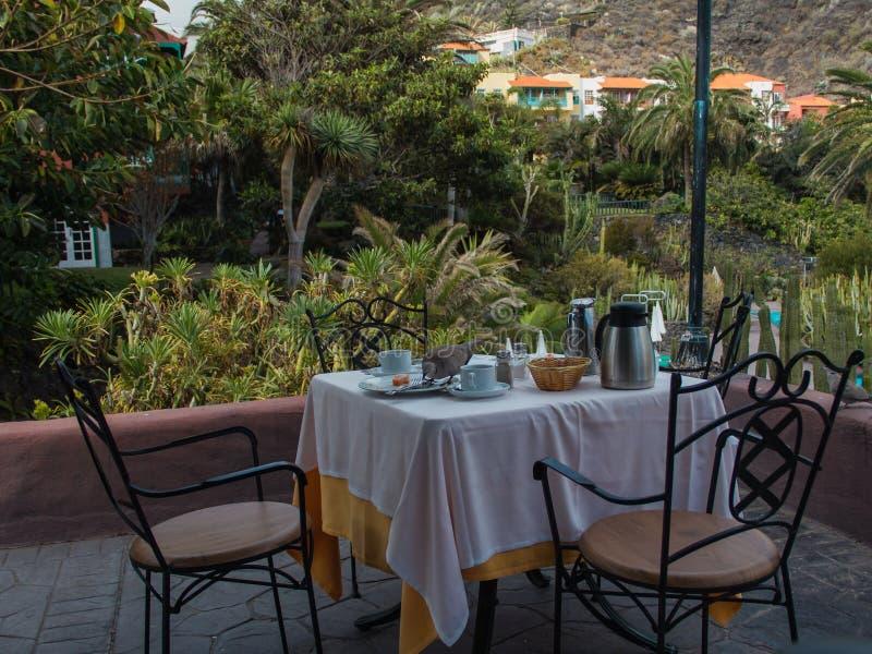 Lijst na ontbijt met duiven, op het terras van hotel stock afbeeldingen