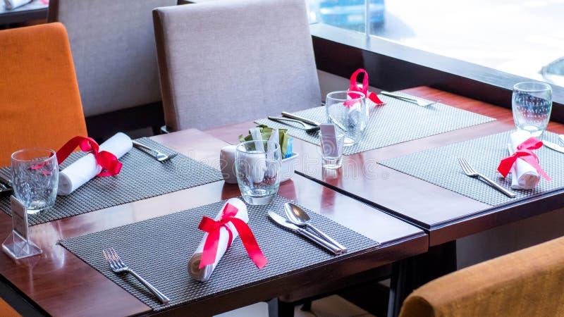Lijst plaatsend, binnenlands elementen en tafelzilver in Hotelrestaurant, Valentine Theme stock fotografie