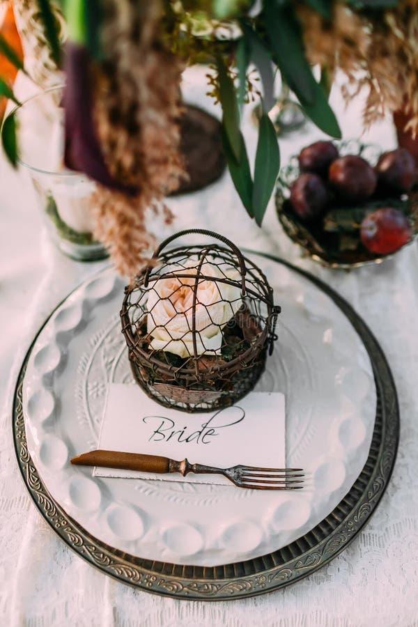 Lijst in rustieke stijl voor huwelijksdiner dat wordt gediend De plaats van de bruid bij de feestelijke lijst openlucht royalty-vrije stock afbeelding