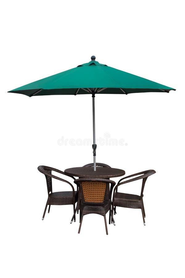 Lijst, stoelen en paraplu in openlucht op wit stock afbeelding