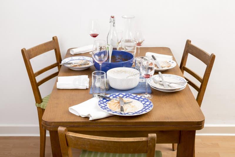 Lijst, stoelen en schotels royalty-vrije stock afbeelding