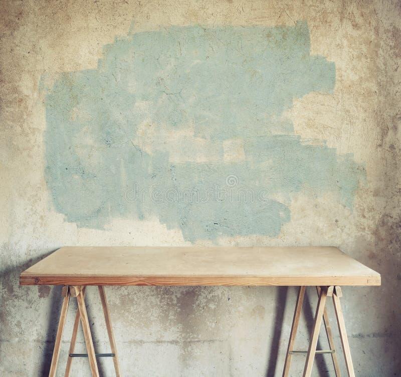 Lijst tegen concrete muur stock afbeeldingen