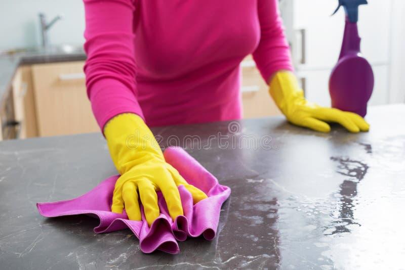 Lijst van de vrouwen de bespuitende keuken en het schoonmaken van het stock afbeeldingen